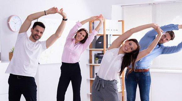 Ćwiczenia w pracy – czy i dlaczego warto pozostać aktywnym?