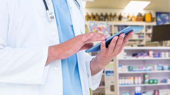Jaki fartuch dla farmaceuty? Odzież medyczna w aptekach