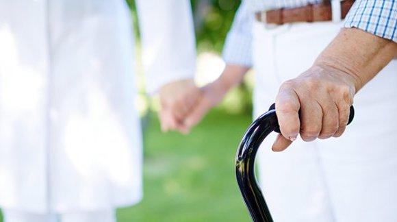 Opieka nad osobą starszą – na czym polega, jak zachować najwyższe standardy higieny